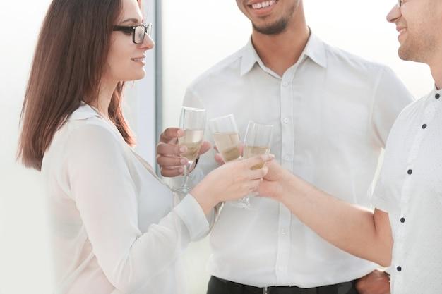 Verres de vin entre les mains de partenaires commerciaux.