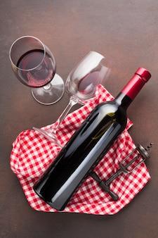 Verres à vin sur un fond vintage