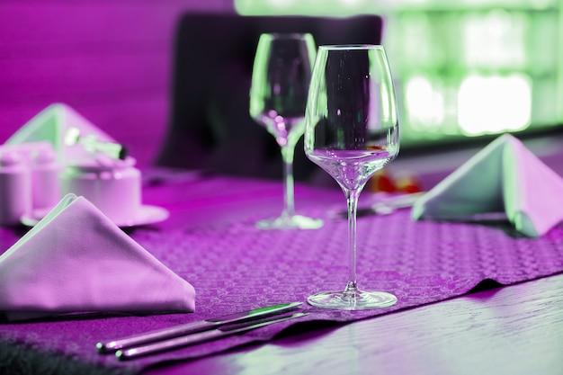 Verres à vin isolés sur table.art verres à vin néon