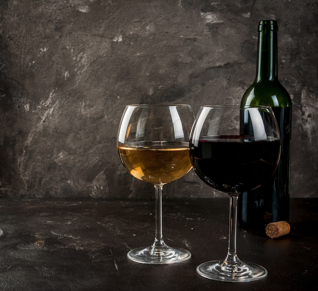 Verres de vin rouge et blanc