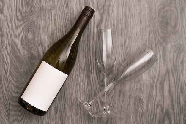 Verres à vin rouge et bouteille sur pierre.