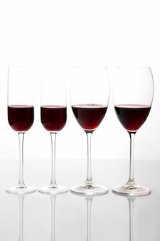 Verres à vin rouge sur fond clair