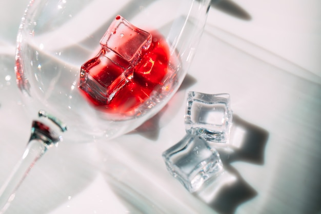 Verres de vin rouge. le jeu de la lumière et de l'ombre.