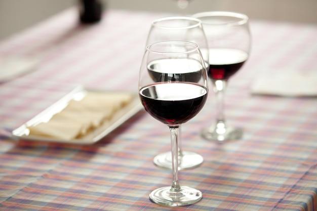Verres de vin rouge et plateau de fromage