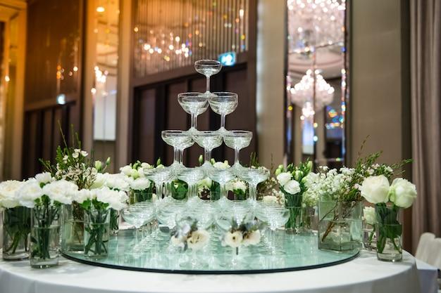 Les verres à vin sont arrangés pour les fêtes.