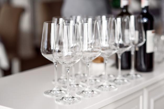 Verres à vin vides cristallins sur une table.
