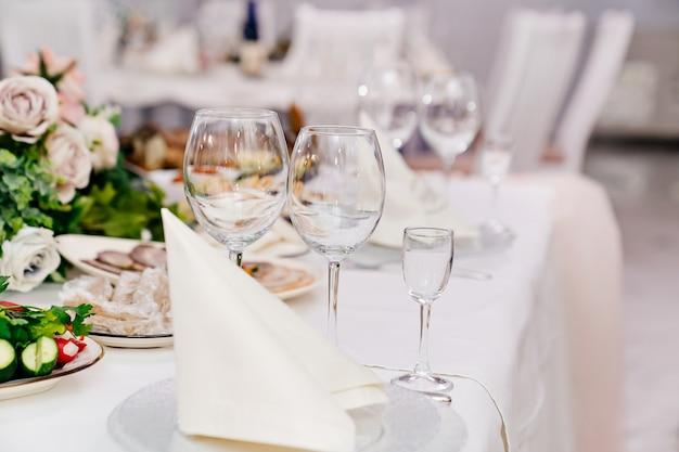 Verres à vin vides. servir une table pour célébrer dans un café ou un restaurant. banquet.