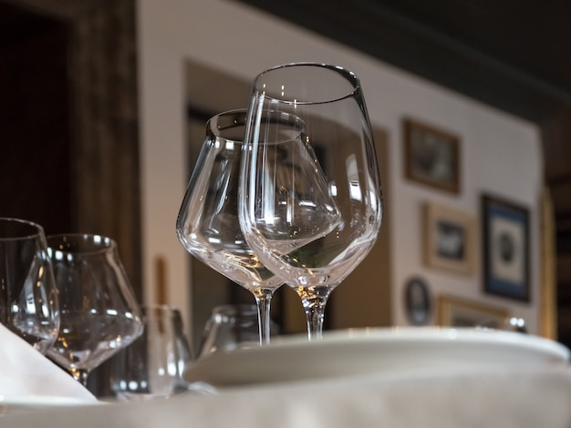 Des verres à vin vides sont servis sur la table.