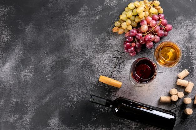 Verres à vin vue de dessus avec raisin et espace copie sur pierre noire horizontale