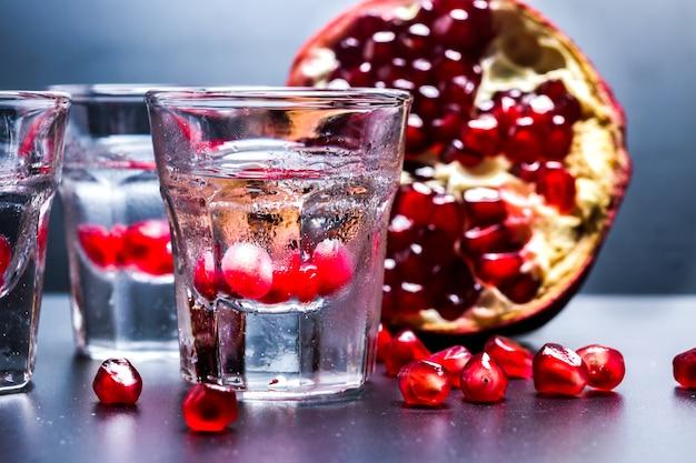 Verres à la vodka sur la table
