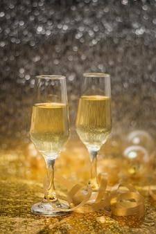 Verres de vue avec champagne sur la table