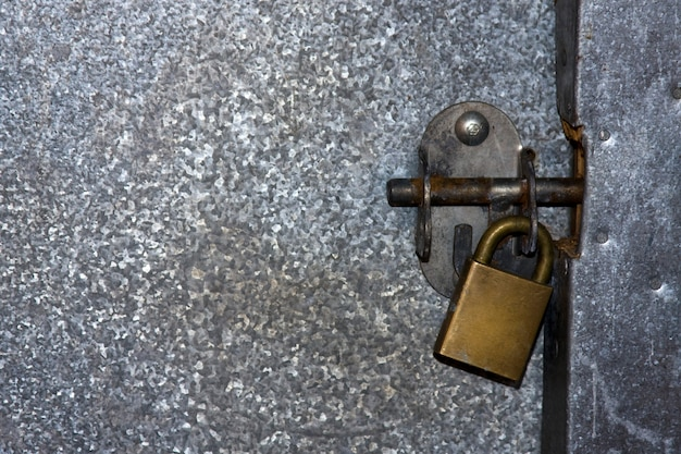 Verrou cadenassé fixant une porte métallique