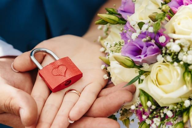 Verrou ouvert dans les paumes des mariés lors de leur mariage