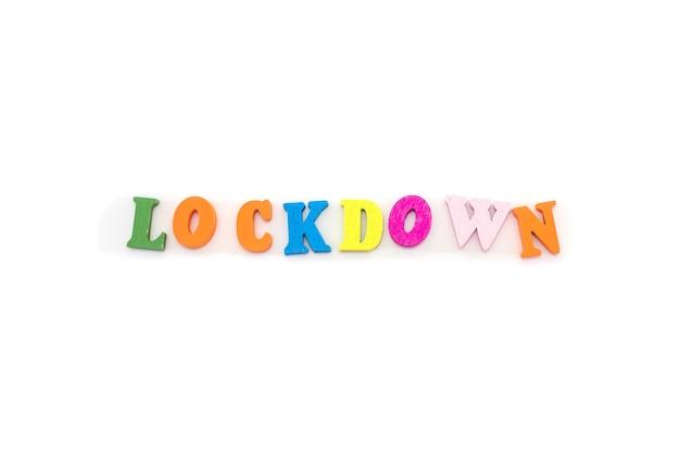 Verrouillage de mot composé de lettres colorées sur blanc