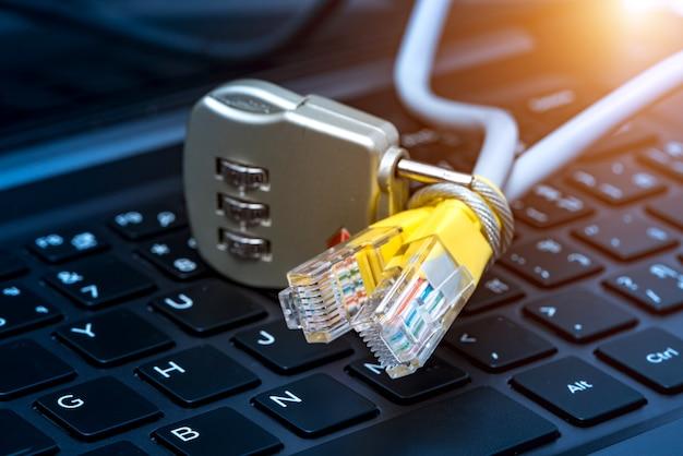 Verrouiller et câble réseau avec fond de clavier d'ordinateur.