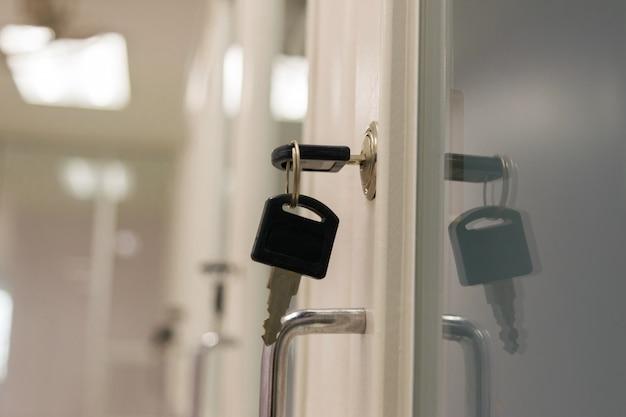 Verrouiller la clé document cabinet dans le bureau