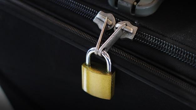 Verrouiller sur une valise pour voyager