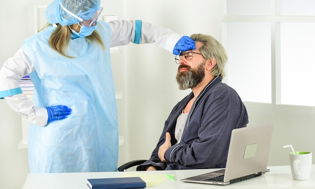 Verrouillez l'infection virale. les risques respiratoires sont courants sur le lieu de travail. homme travaillant à distance à la maison. sans contact personnel. infirmière avec patient. quarantaine face au coronavirus. appeler un médecin à la maison.
