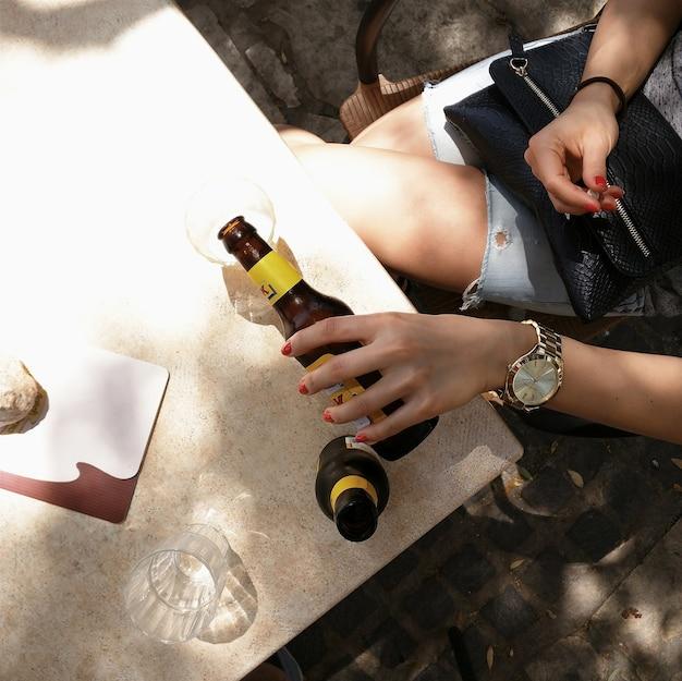 Verser de la bière et se rafraîchir dans l'ombre