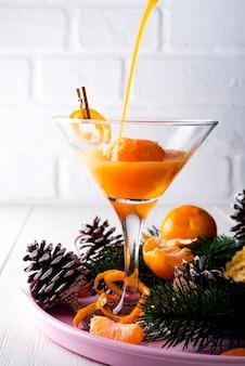 Verser un cocktail martini dans un verre de nouvel an