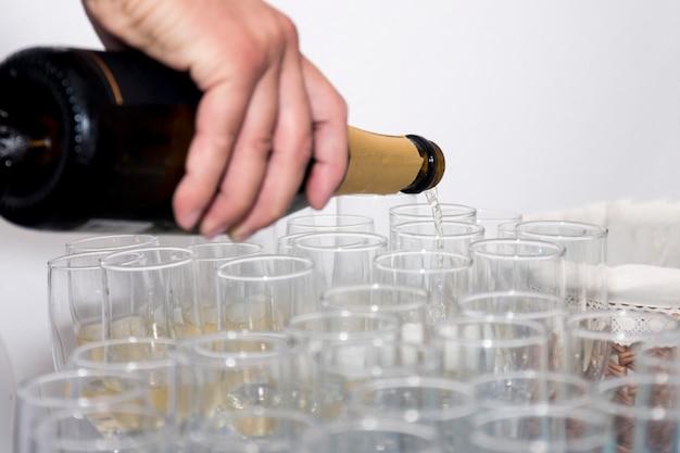 Verser du champagne