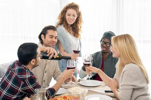 Verser du vin pour les amis