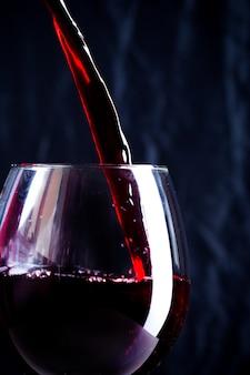 Verser du vin rouge dans le verre