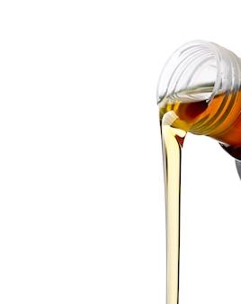 Verser des huiles synthétiques pour moteur de voiture sur un mur blanc