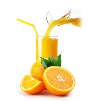 Verser le jus d'orange dans le verre et les oranges