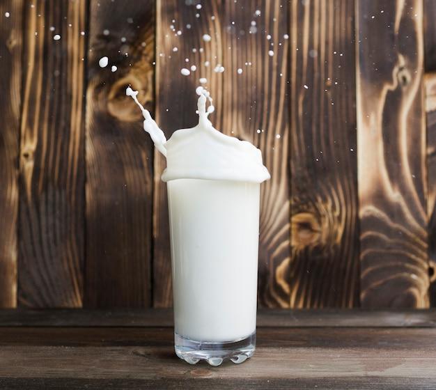 Verser le lait en verre