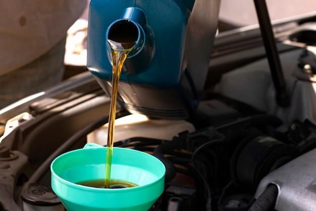 Verser de la qualité d'huile dans le moteur du moteur de transmission et d'entretien