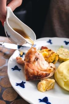 Verser la sauce au poulet rôti
