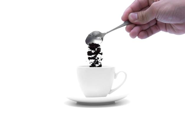 Verser une tasse de café en créant une cuillère en argent