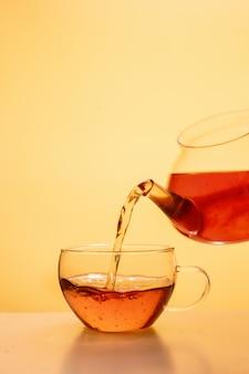 Verser le thé dans une tasse de thé en verre