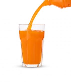 Versez le jus d'orange en verre sur fond blanc