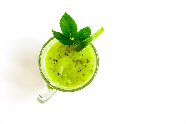 Vert sain cocktail de kiwi, pomme verte, citron vert et menthe isolé sur la vue de dessus de fond blanc