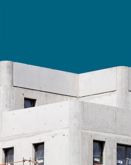Vertical d'un bâtiment en béton blanc sous le ciel bleu