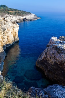 Vertical high angle shot des rochers dans la côte de kamenjak en istrie, croatie
