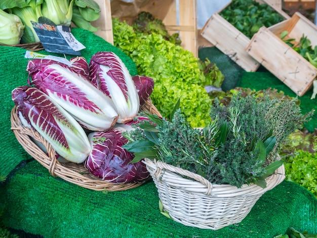 Verts frais sur le marché, nourriture saine.
