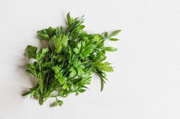 Les verts de persil. nourriture végétalienne. le concept d'une alimentation saine.