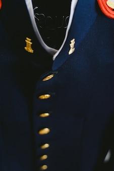 Veste de costume militaire accroché à un cintre