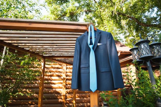Veste et cravate du marié dans la nature