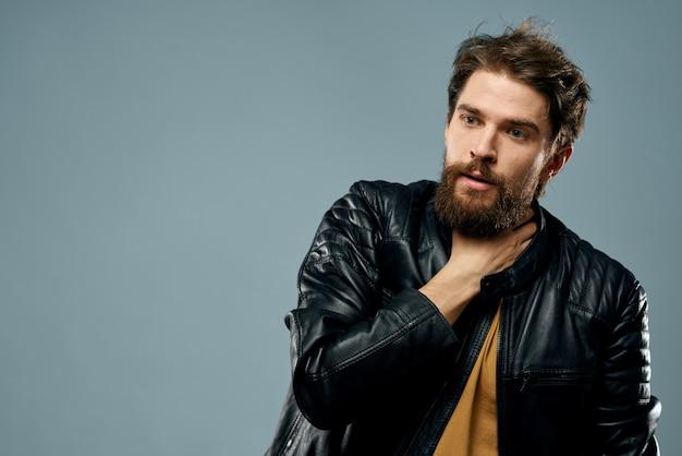 Veste en cuir de musicien homme barbu mignon style de vie attrayant. photo de haute qualité