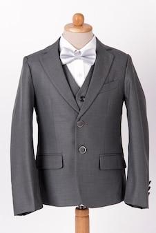 Veste grise pour homme avec chemise et noeud papillon sur fond blanc