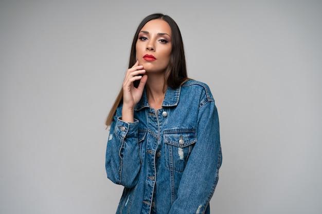 Veste en jean belle fille caucasienne posant