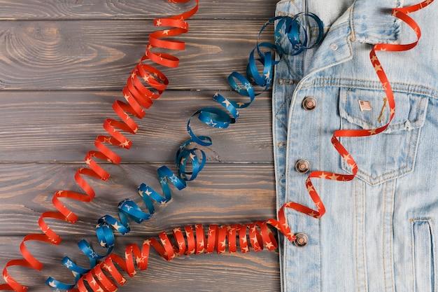 Veste en jean et rubans sur la table