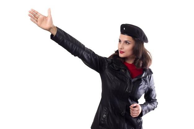 Veste noire femme et main de chapeau montrent la direction vers un avenir radieux comme ernesto che guevara