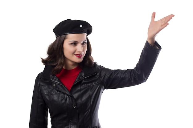 La veste noire de la jeune femme et la main du chapeau montrent la direction vers un avenir brillant comme che guevara