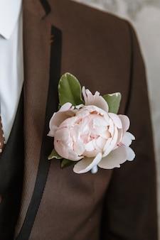 Une veste pour homme avec une boutonnière attachée