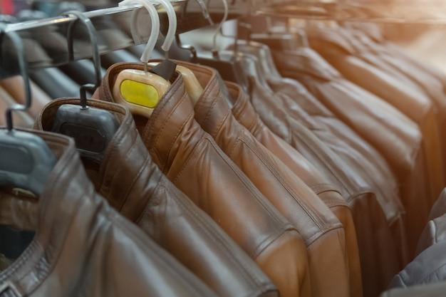 Vestes en cuir marron sur le rack